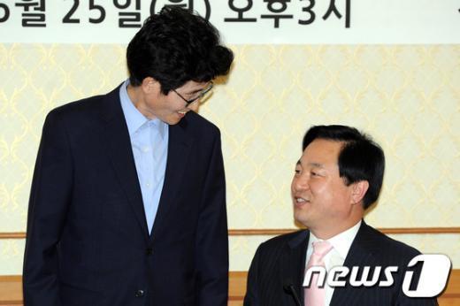 [사진]대화하는 김두관 경남지사와 이목희 의원