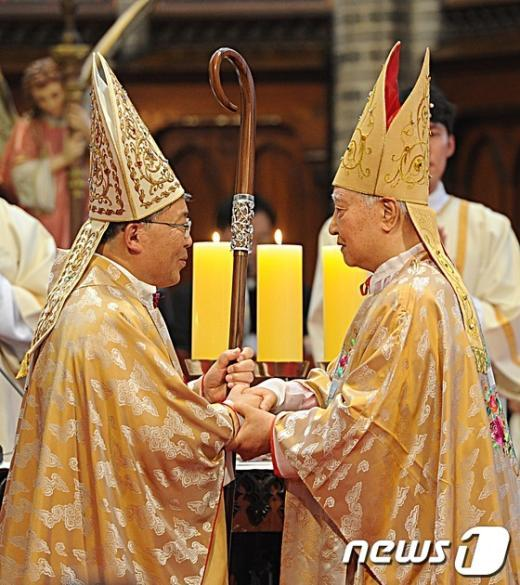 [사진]목장 전달받는 제 14대 서울대교구장