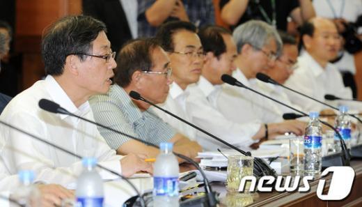 [사진]세종시지원위원회의 주재하는 김황식 총리