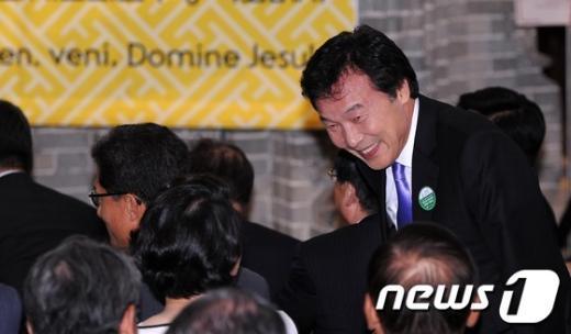 [사진]인사 나누는 민주통합당 손학규 상임고문