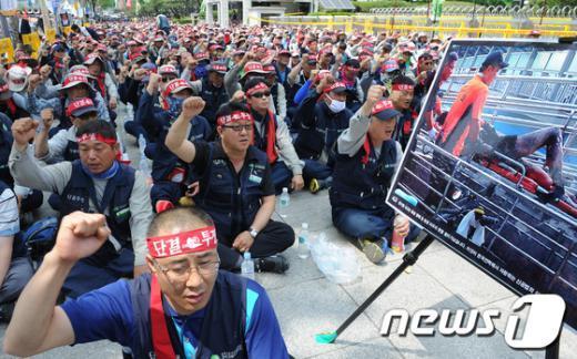 전국건설노동조합이 6월5일 한국전력 앞에서 집회를 갖고 있다.2012.6.5/뉴스1  News1 송원영 기자