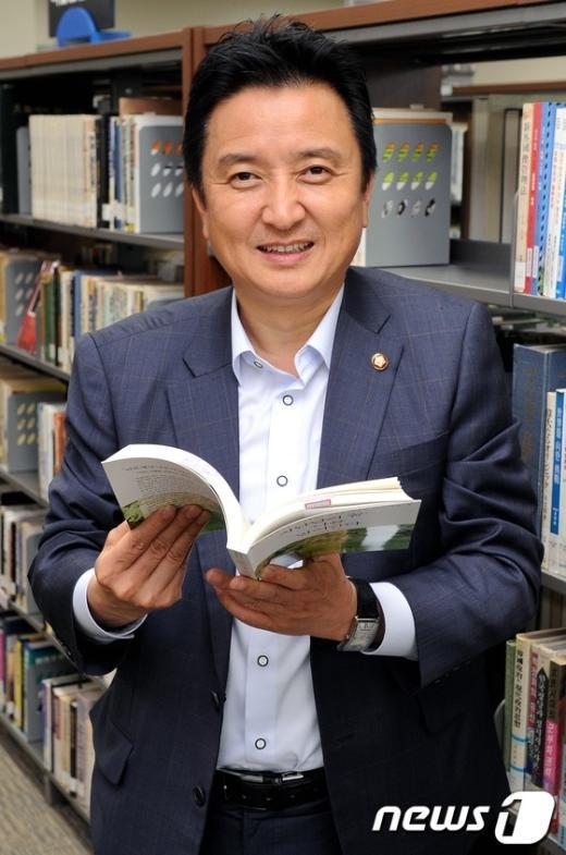 민주통합당 김영환 의원. 국회 도서관에서 뉴스1과 인터뷰에서 책을 들고 촬영에 응하고 있다.             2012.6.18/뉴스1  News1 이종덕 기자