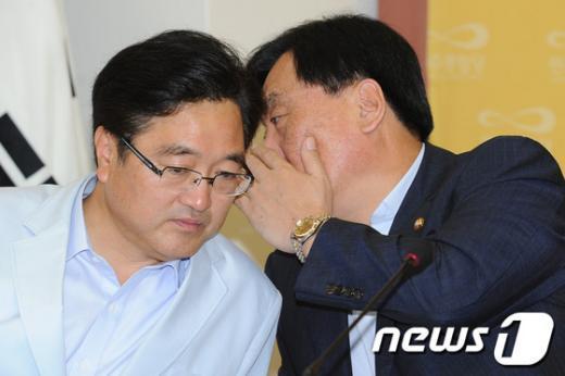 [사진]귀엣말하는 박기춘-우원식