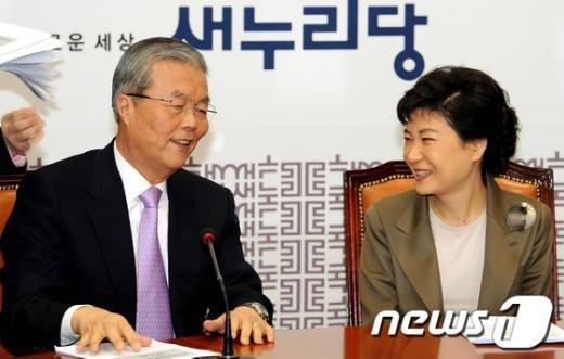 지난 2월 27일 국회에서 열린 새누리당 비상대책위원회 회의에서 박근혜 전 대표(오른쪽)가 김종인 전 비대위원과 이야기를 나누고 있다.  News1 이종덕 기자