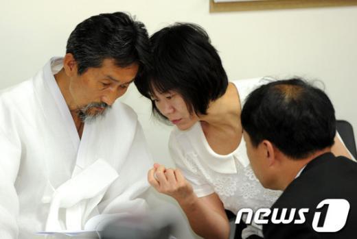 [사진]관계자들과 이야기 나누는 강기갑 위원장