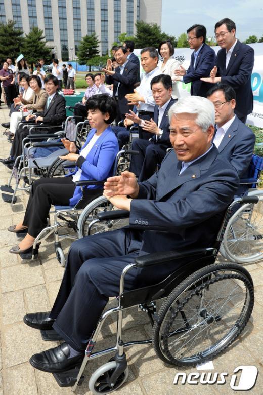 [사진]수화 배우는 민주통합당 의원들