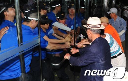 [사진]어버이연합 진입 막는 경찰