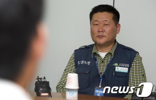 [사진]정부 협상안 귀기울이는 권혁병 위원장