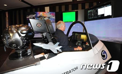 [사진]논란 속 F-35 조종석 시연