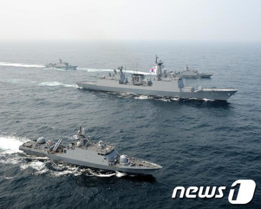 제2연평해전 10주기를 앞둔 지난 14일 해군이 서해에서 전사자들의 이름을 따 명명한 유도탄 고속함으로 해상기동훈련을 하고 있다.  (해군 제공)  News1