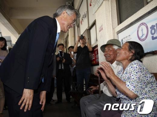 [사진]노부부와 인사 나누는 문재인 상임고문