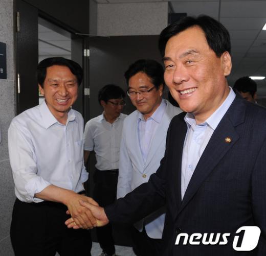 [사진]'사실상 타결' 손잡은 양당 원내수석부대표