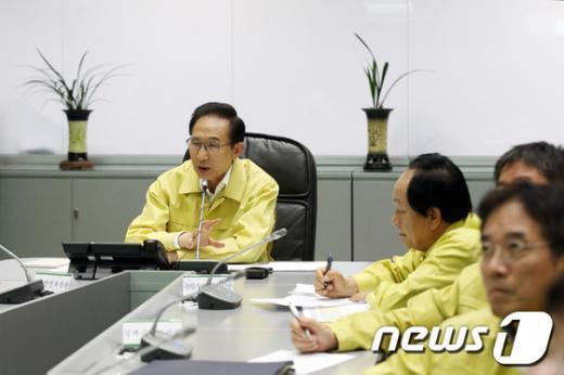 [사진]이명박 대통령, 충남 가뭄피해 대책논의