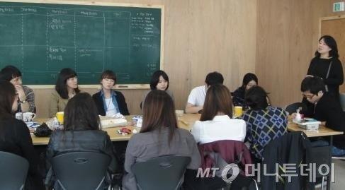 ↑지난해 11월 윤리적소비 캠페인단 보라 3기 모임에 참석한 이은애 씨즈 이사장. ⓒ보라