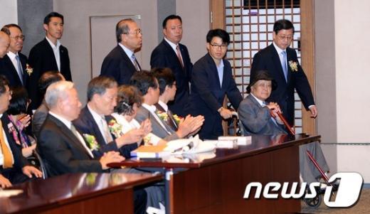 [사진]이우성 위원장과 행사장 들어서는 김황식 국무총리