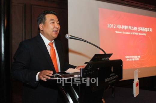 ↑이동범 지니네트웍스 대표가 5일 서울 삼성동 그랜드콘티넨탈호텔에서 신제품에 대해 설명하고 있다.