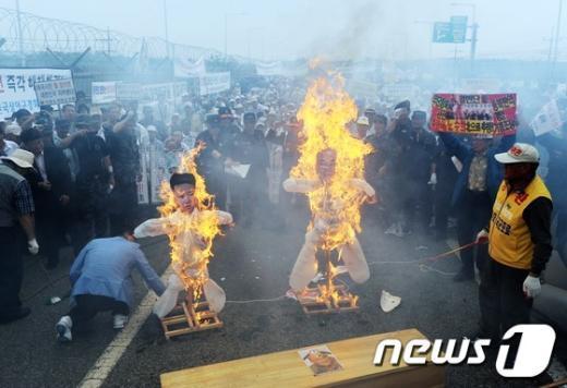 [사진]노수희 범민련 부의장 귀환 규탄집회 화형식