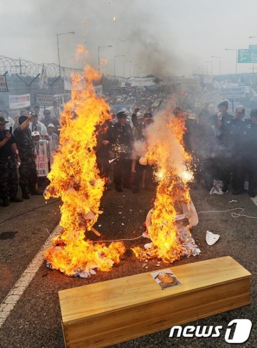 [사진]불타는 김정은-노수희 인형