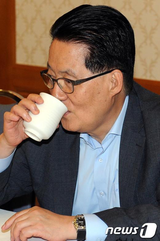 [사진]물 마시는 박지원 원내대표