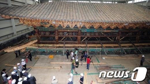 [사진]숭례문 복원현장 찾은 민주통합당 초선의원단