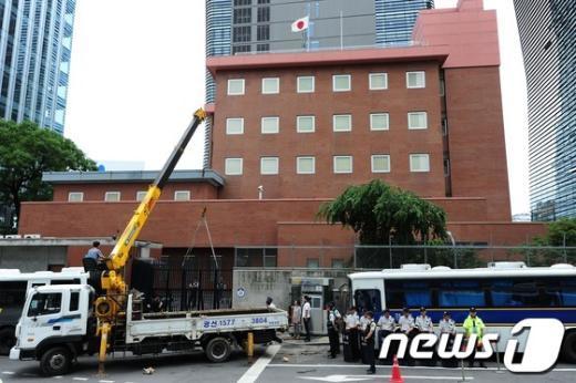 [사진]부서진 일본대사관 정문 교체