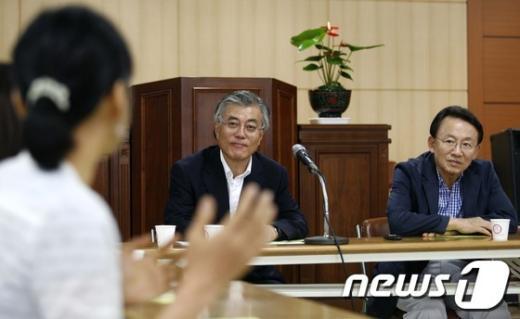 [사진]사회적기업 대표 만난 문재인 상임고문