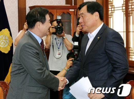 [사진]국회의장 찾아간 박기춘 원내수석