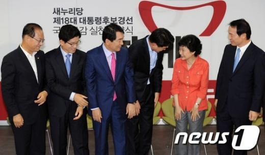 [사진]박근혜를 바라보는 새누리당 후보들
