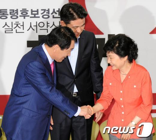 [사진]인사나누는 박근혜·안상수