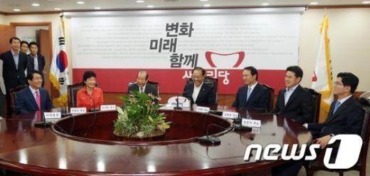 [사진]환담하는 새누리당 대선 경선 후보들