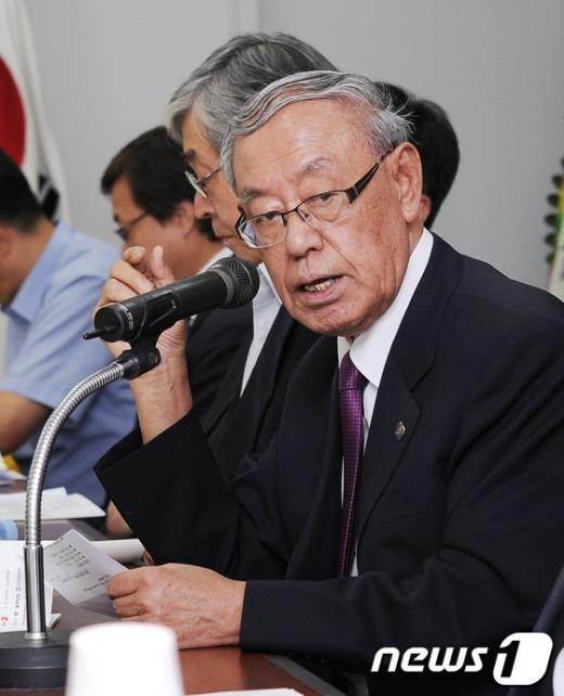 [사진]토론자 소개하는 김안제 초대위원장