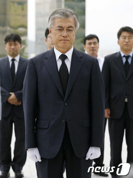 [사진]입 꽉다문 문재인 상임고문