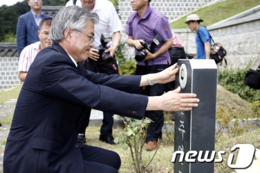 [사진]문재인, 김주열 열사 묘소 참배