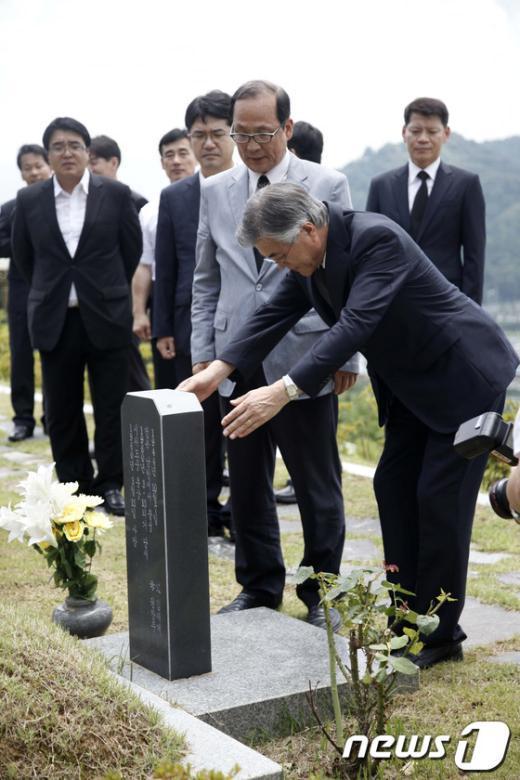 [사진]문재인, 김주열 열사의 묘소 참배