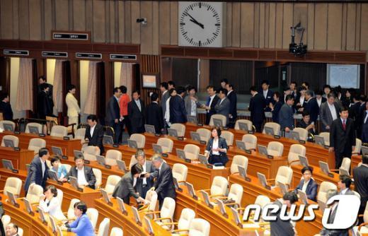 [사진]북적이는 민주통합당 투표소