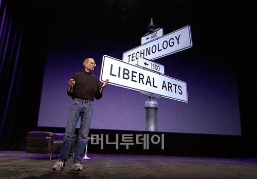 """스티브 잡스는 2010년 1월 아이패드를 선보이는 자리에서 """"인문학과 기술이 만나는 지점에 애플이 존재한다""""고 강조하기도 했다."""