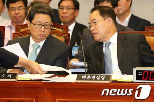 [사진]대화하는 하금열 대통령실장과 이달곤 정무수석