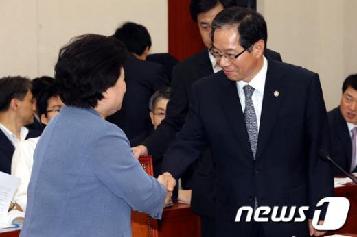 [사진]악수하는 김기용 청장과 김금래 장관