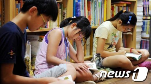 [사진]독서 삼매경에 빠진 어린이들