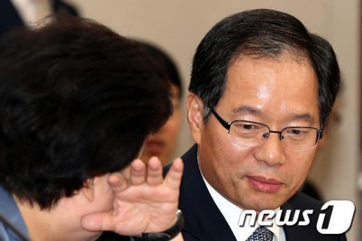 [사진]대화하는 김기용 경찰청장