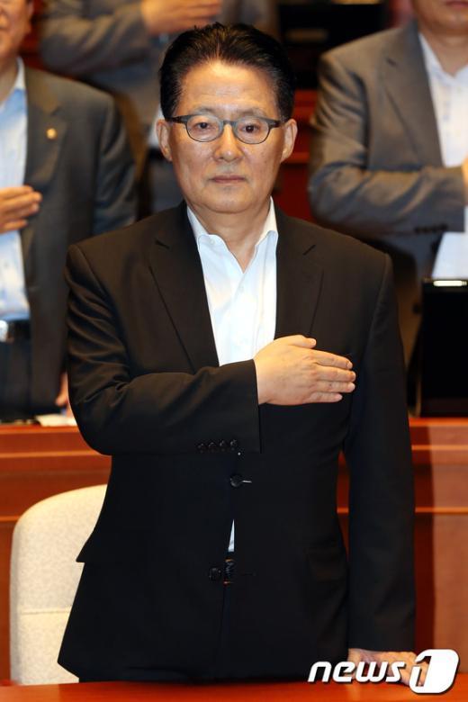 [사진]국민의례하는 박지원