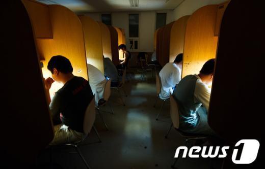 [사진]'밤 잊은 수험생들'