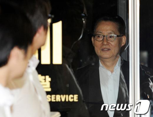 [사진]검찰 문 나서는 박지원