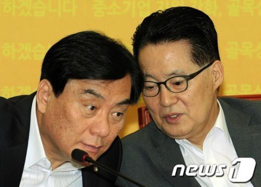 민주통합당 박지원 원내대표가 지난 7월 26일 서울 여의도 국회의사당에서 열린 고위정책회의에서 박기춘 원내수석부대표와 머리를 맞댄 채 이야기를 나누고 있다.  News1 이종덕 기자