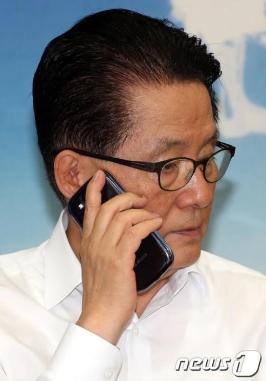 [사진]전화하는 박지원