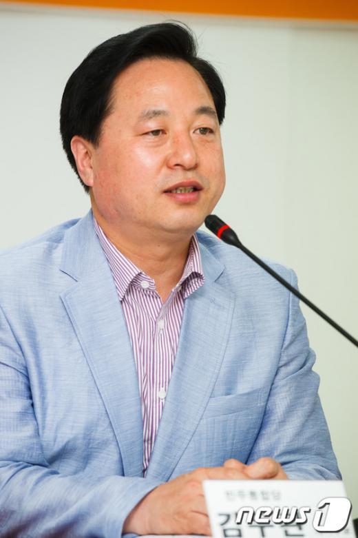 [사진]인사말하는 김두관 후보