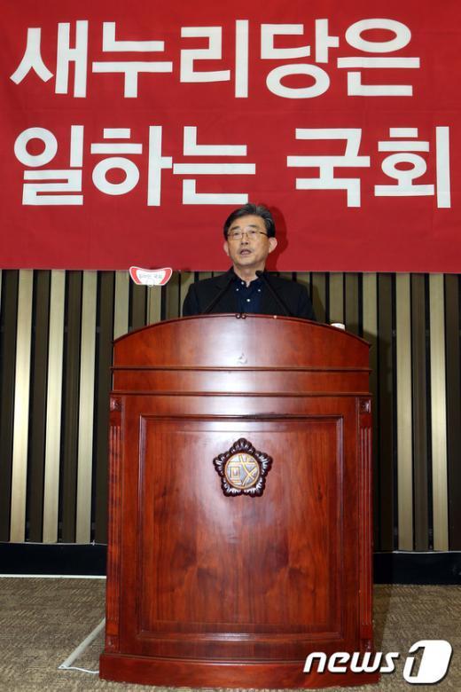 [사진]의원총회 발언하는 이한구 원내대표