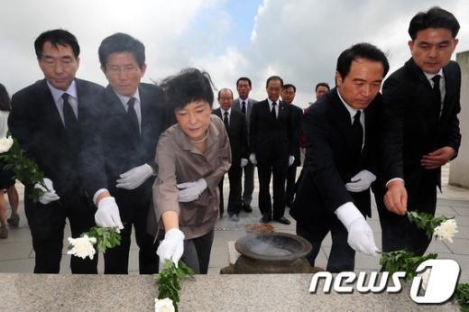 [사진]헌화하는 새누리당 대선주자