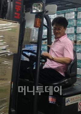 ↑김정열 리드릭 대표가 지게차로 복사용지를 나르고 있다. 그는 박스 쌓인 게 보일 때마다 일을 거든다고 했다. ⓒ이경숙 기자