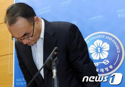 [사진]고개숙인 박재완
